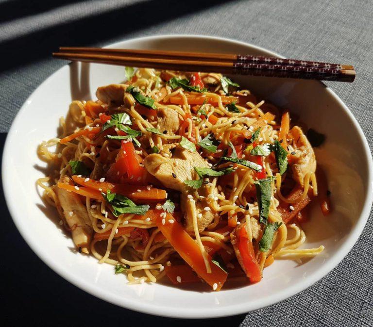 Recette boulettes de poulet et wok de légumes aux noix de cajou